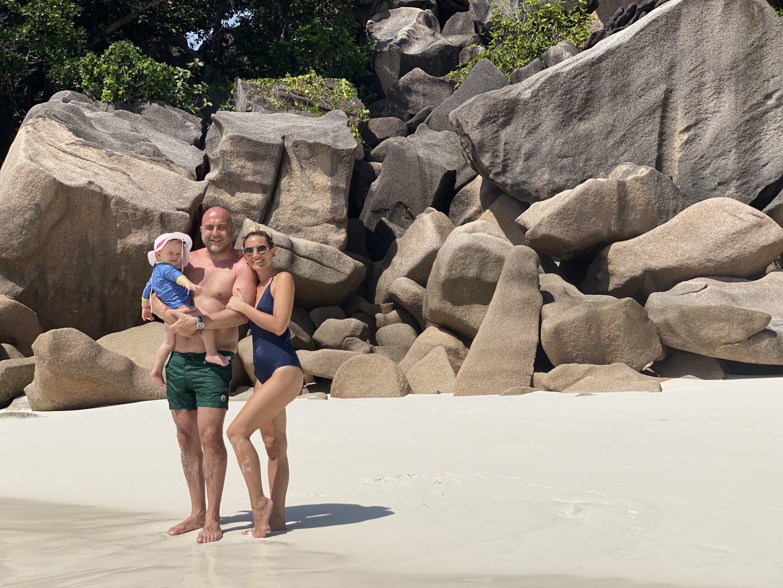 C est aux Seychelles qu la vie est belle lalalaalal c est aux Seychelles qu y a du soleil lalalala